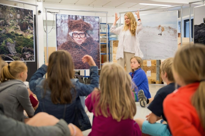 Curator Nina Denney Ness in conversation with pupils from Tåsen Skole in Oslo Photo: The National Museum of Art, Architecture and Design / Frode Larsen