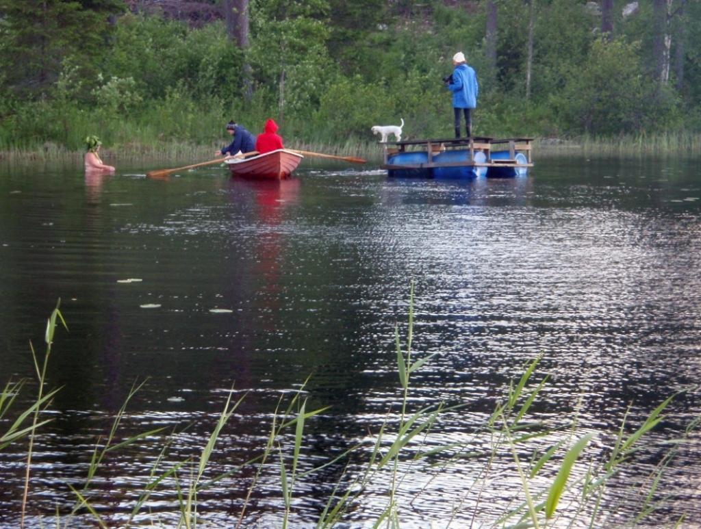 From left to right: Aunt Tuija, Riitta, Leena, Debbie, Karoline and too many unanchored moving parts. © Markku Ikonen